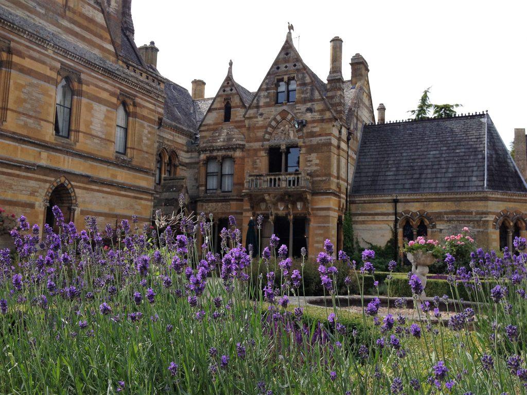 Lavendelvor englischem Hotel