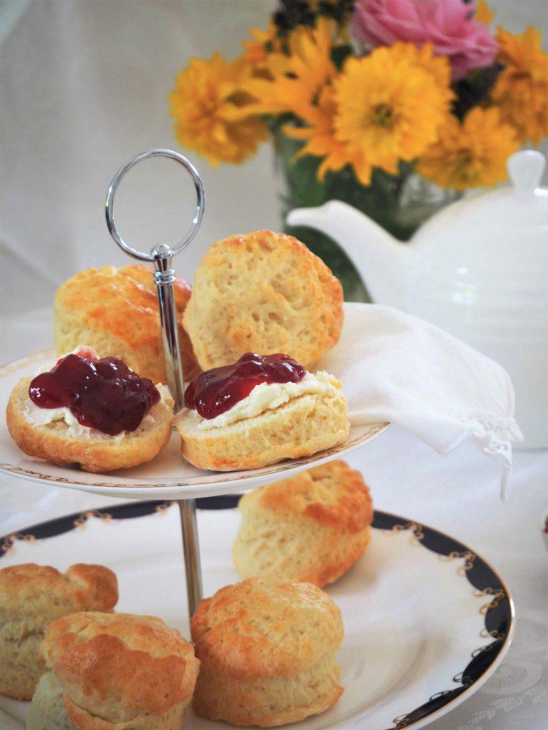 Scones mit Clotted Cream und Marmelade