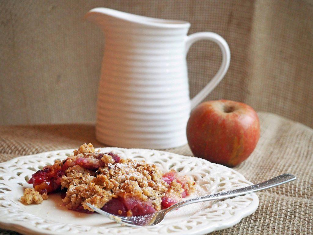 Apfel Crumble mit Brombeeren und Custard - Tea and Scones
