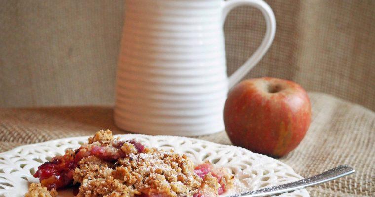 Ab in den Ofen: Crumble mit Äpfeln, Brombeeren und Custard