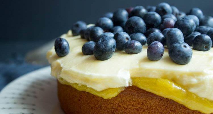 Victoria Sponge mit Lemon Curd und Heidelbeeren