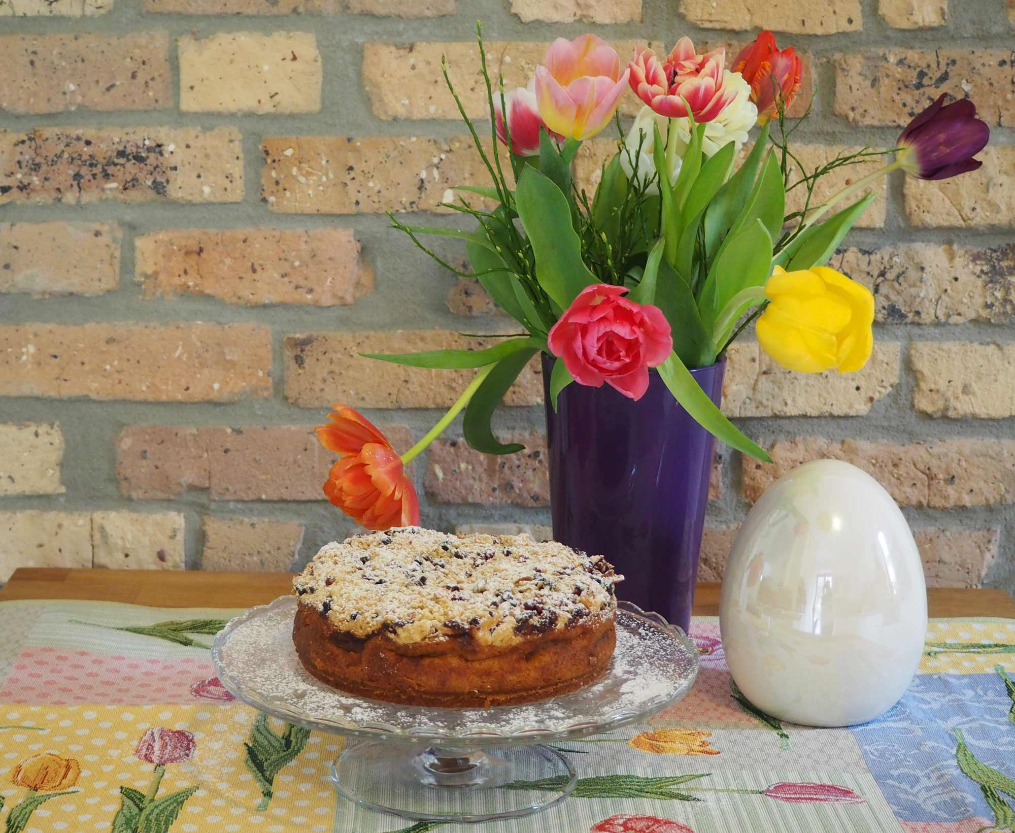 Apfelkuchen mit Tischdecke Tulpen