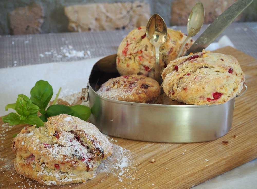 Scones mit roten Sommerfrüchten & gerösteten Mandeln